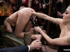Огромная толпа мужиков ебет в задницу русскую королеву анала