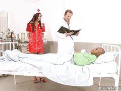 Доктор и пациент выебали в две дырки сразу сексуальную медсестру