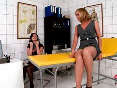 Озорница в чулочках шалит с лесбиянкой в больничной палате