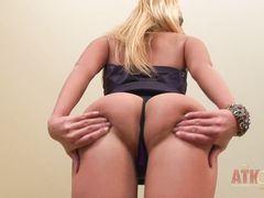 Украинка вставляет пальчик в попу во время нежной мастурбации