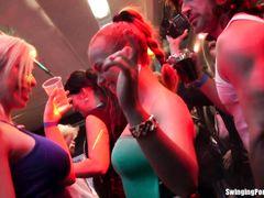 Украинка участвует в секс оргии во время вечеринки в ночном клубе