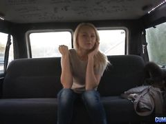 Украинская блондинка повелась на секс в машине с пикапером