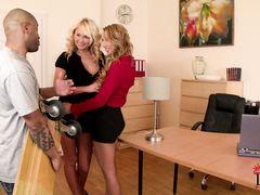 Чернокожий красавчик занялся анальным сексом с двумя блондинками