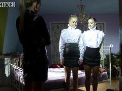Богатая госпожа лесбиянка доминирует над двумя служанками