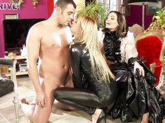 Качественная секс сцена с богатыми графинями в латексе и их верного раба