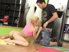 Тренировка по йоге закончилась групповым анальным сексом