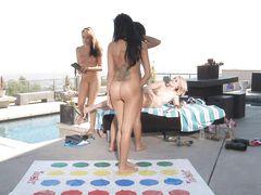 Толпа лесбиянок свингеров играют в сексуальную игру на крыше