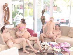 Сексуальные игры раскрепощенных молодых свингеров закончились оргией