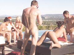 Веселые свингеры занялись групповым сексом на улице во время игры