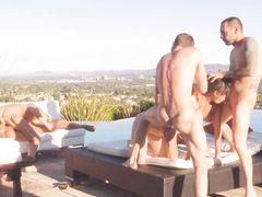 Яркая и непристойная сцена группового секса свингеров под открытым небом