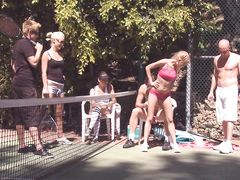 Групповой секс на теннисном корте во время свингерской тусовки