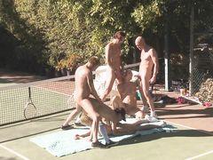 Свингеры занялись групповухой на улице после игры в теннис