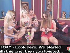 Свингеры развлекаются на вечеринке играя в сексуальные игры