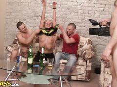 Крепкие парни толпой трахают студентку на пьяной вечеринке