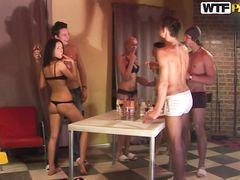 Горячий групповой секс на русской студенческой вечеринке