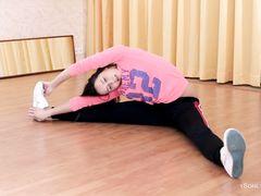 Юная голая гимнастка мастурбирует на полу после тренировки