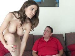 Большегрудая красивая дочка трахается с папой на диване в гостиной