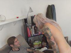 Сестра с татуировками трахается с братом пока родителей нет дома