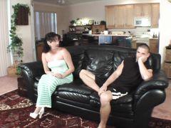 Озабоченная зрелая мама смотрит на инцест брата и сестры