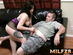 Неформальная молодая дочка трахается с папой на кожаном диване