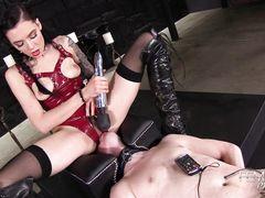 Шаловливая госпожа в латексе сидит пиздой на лице скованного раба