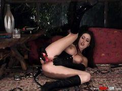 Сексуальная девушка в латексе занялась мастурбацией вибратором