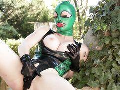 Шикарная грудастая девушка в латексе активно мастурбирует на улице