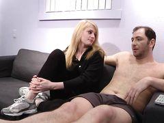 Приставучая молодая блондинка захотела заняться инцестом с отцом