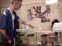Агрессивные парни толпой ебут продавщицу сексшопа в подвале магазина