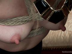 Похотливые друзья мужа трахают жену в бондаже во все дырки