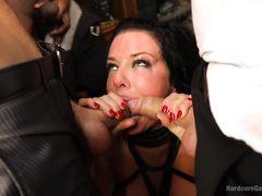 Сексуальная женщина кошка участвует в жестком ганг банге