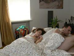 Кричащая русская девочка Валя трахается в разных позах с парнем