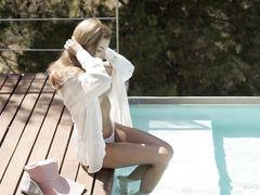 Отпадная нудистка плавает в бассейне и загорает голышом