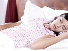 18-летняя красавица с шикарным телом мастурбирует в спальне