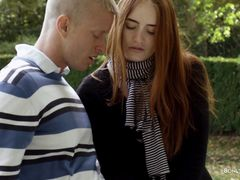 Доверчивая рыжая девушка трахается в парке с новым парнем