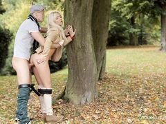 Гламурная молодая пара ранней осенью занялась сексом на природе