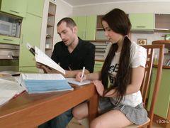 Возбужденные русские студенты занимаются сексом на столе