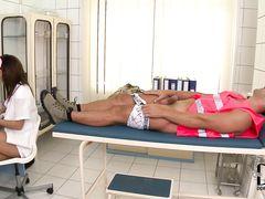 Пошленькая худая медсестра трахается на работе с пациентом