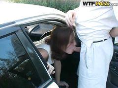 Русская шалава сосет в машине за деньги и трахается на улице