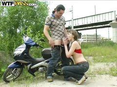 Безработная русская девка занялась сексом на мотоцикле за деньги