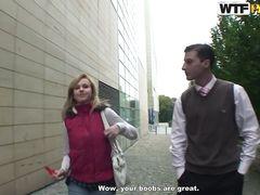 Привлекательный пикапер разводит на секс в туалете русскую блонду