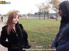 Грудастая русская шлюшка сосет за деньги у двух пикаперов