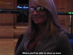 Очкастая блондинка с красивыми сиськами трахается в туалете за деньги