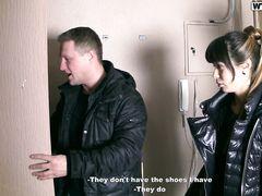 Два пикапера трахнули за деньги русскую девку с маленькой грудью