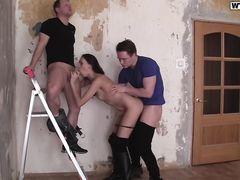 Стройная русская девушка в сапогах трахается за деньги с двумя парнями