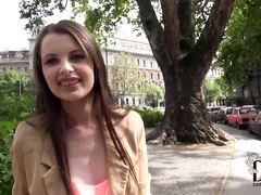 Смазливая русская девочка без вопросов сделала минет пикаперу