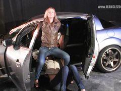 Жесткая русская лесбиянка в джинсах садится пиздой на лицо подруги