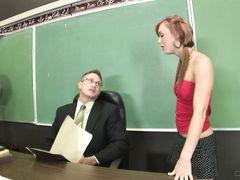Очкастый преподаватель трахает рыжую студентку с маленькими сиськами