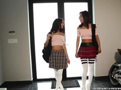 Милая лесби китаянка и лесби латинка занялись оральным сексом