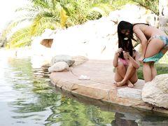 Китаянки лесбиянки у бассейна устроили классную групповуху